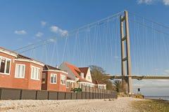 Alloggiamento vicino ad un grande ponte sospeso Fotografia Stock