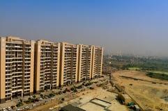 Alloggiando i grattacieli nel gurgaon al crepuscolo con orizzonte fotografia stock