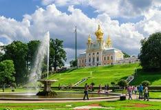 Alloggio araldico di grande palazzo in Peterhof Immagini Stock