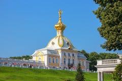 Alloggio araldico di grande palazzo in Peterhof Immagine Stock