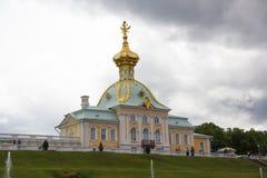 Alloggio araldico di grande palazzo in Peterhof Tempo nuvoloso e piovoso in Peterho Immagini Stock Libere da Diritti