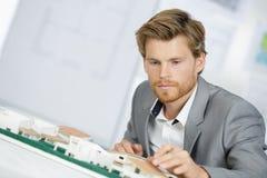 Alloggio del modello di scala della tenuta dell'architetto Fotografia Stock