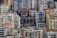 Alloggio denso e vecchio ponte nel Monaco Immagine Stock