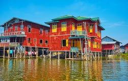 Alloggio denso sul lago Inle, Myanmar Immagine Stock
