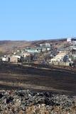 Alloggio di distretto accanto allo scarico di rifiuti, fiume di Mooi, Kwazulu Natal Fotografia Stock Libera da Diritti