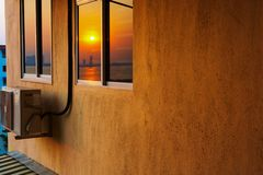 Alloggio di palazzo multipiano con il condizionamento d'aria all'alba fotografie stock libere da diritti