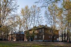 Alloggio dilapidato su Bogdanka Ceboksary, Repubblica del Chuvash Una casa di due piani prima della demolizione Rassel? casa nny  Immagini Stock