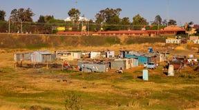 Alloggio informale della baracca della latta di reddito basso in Sowetp urbano Fotografia Stock Libera da Diritti