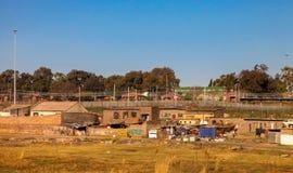 Alloggio informale della baracca della latta di reddito basso in Sowetp urbano Immagini Stock