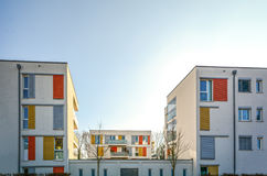 Alloggio moderno nella città - edificio residenziale urbano Immagini Stock