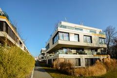 Alloggio moderno nella città - edificio residenziale urbano Immagine Stock Libera da Diritti