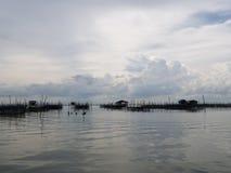 Alloggio presso famiglie e canestro di galleggiamento in lago a Kohyo, Songkhla, Tailandia con il bei cielo e nuvole Ciò è le ind Immagini Stock Libere da Diritti