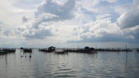 Alloggio presso famiglie e canestro di galleggiamento in lago a Kohyo, Songkhla, Tailandia con il bei cielo e nuvole Ciò è le ind Immagini Stock