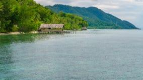 Alloggio presso famiglie sull'isola di Kri, Monsuar nel fondo, Raja Ampat, Indonesia, Papuasia ad ovest Immagini Stock
