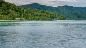 Alloggio presso famiglie sull'isola di Kri, Monsuar nel fondo, Raja Ampat, Indonesia, Papuasia ad ovest Fotografie Stock