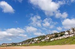 Alloggio residenziale di Vegetationand della duna verde e la SK nuvolosa blu Fotografia Stock