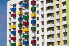 Alloggio sociale, alloggio urbano, balconi colorati Fotografia Stock
