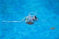 Alloggio subacqueo della macchina fotografica della foto che galleggia sull'acqua Fotografia Stock