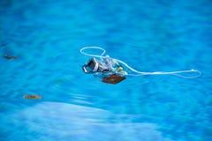 Alloggio subacqueo della macchina fotografica della foto che galleggia sull'acqua Fotografie Stock Libere da Diritti