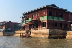 Alloggio tradizionale sul lago Inle nel Myanmar Immagini Stock