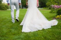 Allontanarsi alla moda della coppia sposata Fotografia Stock Libera da Diritti