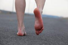 Allontanarsi dei piedi nudi dell'uomo Fotografia Stock