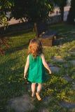 Allontanarsi ragazza nell'iarda Fotografie Stock