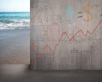 Allontani il muro di cemento di scarabocchi con la vista della spiaggia Fotografia Stock