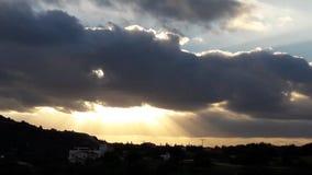 Allsånger från solsken för molnig himmel för guden slösar solnedgång Royaltyfri Fotografi