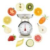 Allsidig kostbegrepp viktvåg med frukter och grönsaker royaltyfria foton