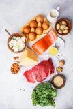 Allsidig kostmatbakgrund Proteinfoods: fisk kött, ägg royaltyfri foto