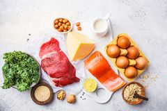 Allsidig kostmatbakgrund Proteinfoods: fisk kött, ägg royaltyfria foton