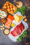 Allsidig kostmatbakgrund Proteinfoods: fisk kött, ost royaltyfri bild