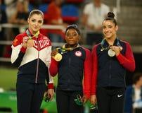 Allsidiga gymnastikvinnare på Rio de Janeiro 2016 OS Aliya Mustafina L, Simone Biles och Aly Raisman under medaljceremoni Arkivfoton