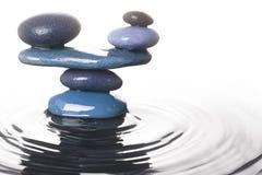 Allsidiga stenar i vatten Arkivbilder