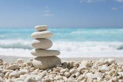 Allsidiga stenar på ett Pebble Beach Royaltyfri Foto