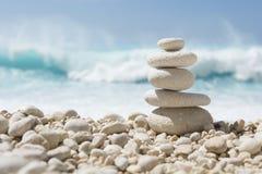 Allsidiga stenar på ett Pebble Beach Royaltyfria Bilder