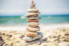 Allsidiga stenar som staplas i hög nära havet Royaltyfria Bilder