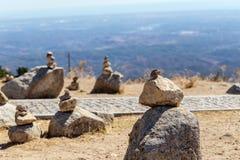 Allsidiga stenar står i kullen på berget Monchique algarve portugal Arkivbilder