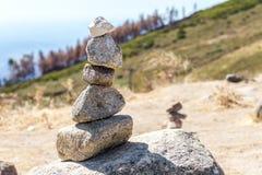 Allsidiga stenar står i kullen på berget Monchique portugal Arkivfoto