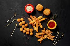 Allsorts зажаренных закусок с 2 различными соусами на черной предпосылке Конец-вверх Взгляд сверху Стоковая Фотография
