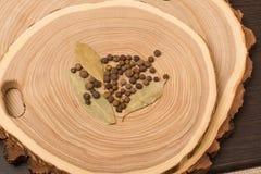 Allspice, укроп и салат на деревянном вырезывании Стоковые Фото