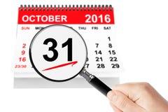Allt helgondagbegrepp 31 Oktober 2016 kalender med förstoringsapparaten Royaltyfria Bilder