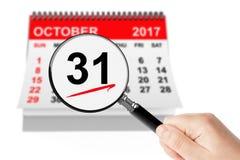 Allt helgondagbegrepp 31 Oktober 2017 kalender med förstoringsapparaten Arkivbilder