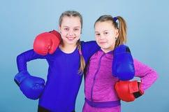 Allt ?r m?jligt Lycklig barnidrottsman i boxninghandskar genomk?rare av den lilla flickaboxaren i sportswear stansning arkivfoto