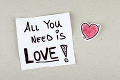 Allt som du behöver, är meddelandet för anmärkningen för förälskelsecitationsteckenuttrycket Arkivfoton