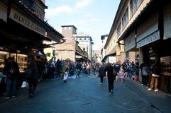 Alltagsleben auf der alten Brücke in Florenz Lizenzfreie Stockfotografie