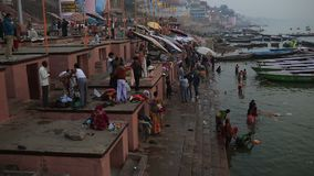 Alltagsleben im Ganges Ghat stock video
