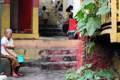 Alltagslebenszene im indonesischen schlechten neigborhood Stockfotografie