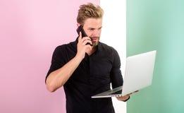 Alltid direktanslutet Mobila internetfördelar Mobil täckning hjälper att vara alltid in handlaget Grejuppehälleman som direktansl Arkivfoton